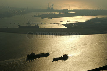 Port of Rotterdam  Nieuwe waterweg  Maasvlakte  North Sea