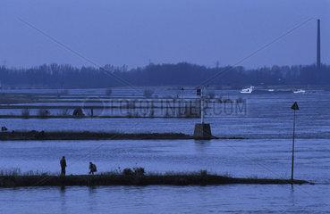 Ooijpolder sport fishermen at the Waal river