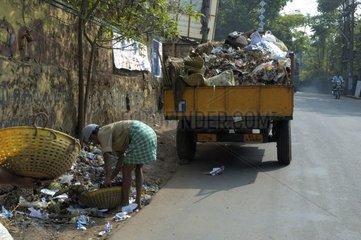 Ramassage des ordures dans les rues de Calicut en Inde