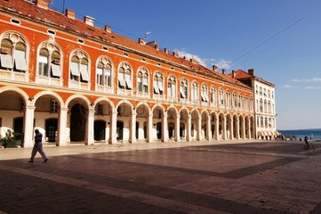 Place et façade de maisons Split Croatie