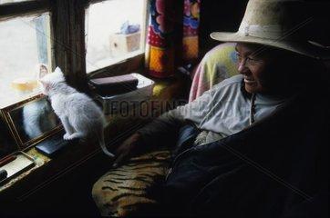Chat de gouttière à la fenêtre avec un homme Tibet