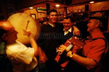 Tory Island  fête dans un pub  session de musiciens