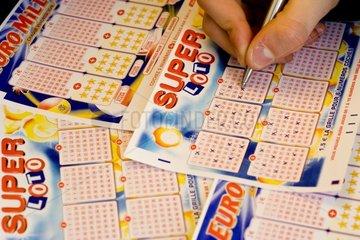 Personne cochant des grilles de loterie
