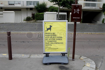 Information board on dog excrement in urban areas in Versailles  Ile-de-France  France
