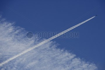 Traces of condensation due to jet engines