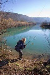 Femme pêchant une Perche en hiver - Franche-Comté France