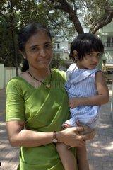 Jeune femme et sa fille posant dans la rue à Bombay