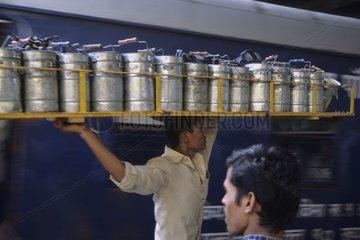 Transport des boîtes déjeuner à la gare de Bombay Inde