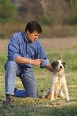 Homme donnant un ordre à un chien bâtard France