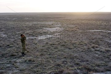Scientifique Kazakh observant la steppe Kazakhstan