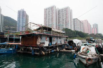 houseboat in aberdeen  hongkong