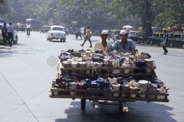 Livreurs poussant un chariot plein de boîtes déjeuner Inde