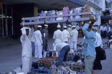Livreurs devant une gare avec les boîtes déjeuner Inde