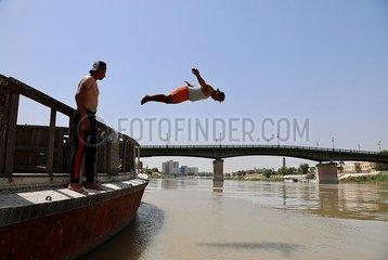 IRAQ-BAGHDAD-TIGRIS RIVER-SWIMMERS