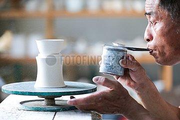 Xinhua Schlagzeilen: Ein kultureller Einblick in Chinas wirtschaftliche St?rke  CHINA-JIANGXI-Jingdezhen-PORZELLAN-CRAFTSMEN (CN)