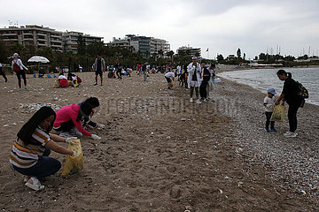 GREECE-ATHENS-BEACH-VOLUNTEERS-CLEANING UP (??)GREECE-ATHENS-BEACH-VOLUNTEERS-CLEAN UP