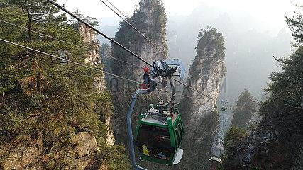#CHINA-HUNAN-ZHANGJIAJIE-TOURISM-CABLE CAR TECHNICIAN (CN)