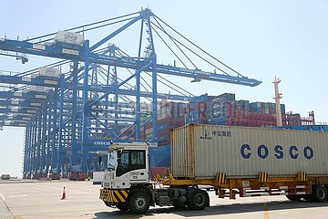 VAE-ABU DHABI-CHINESE CONTAINER SHIP-ANREISE