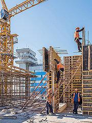 Betonbauer bei der Arbeit p390m2076211