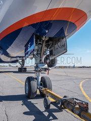 Fahrwerk des Flugzeug Boeing 777-300 p390m2076223