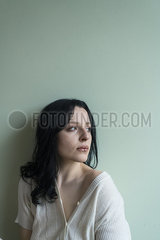 Traurige junge Frau p427m2076716