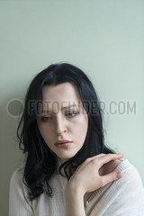 Traurige junge Frau p427m2076713