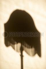 Silhouette einer Lampe an der Wand p1418m2076106