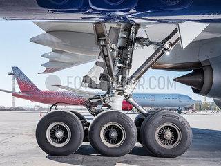 Fahrwerk des Flugzeug Boeing 777-300 p390m2076232