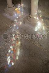 Bunte Lichtflecken auf dem Boden p596m2076884