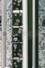 Maenner auf einem Kreuzfahrtschiff p600m2076310