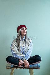 Junge Frau mit Dreadlocks p427m2076118