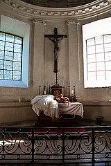 Frau in einer Kirche