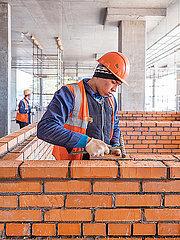 Rohbauarbeiten auf einer Baustelle mit Bauarbeitern