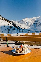 Apfelstrudel mit Sahne im Skiurlaub
