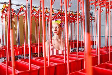 Junge Frau mit Badekappe in einer Badeanstalt