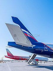 Zwei Flugzeuge Boeing 777-300 stehen am Flughafen