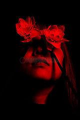 Frau mit Blumen auf den Augen