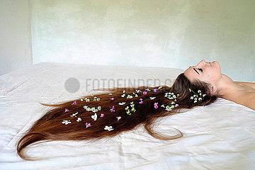 Frau mit Blumen im Haar