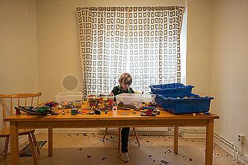 Kleiner Junge spielt mit Lego