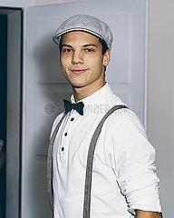 Junger Mann mit Fliege und Hut