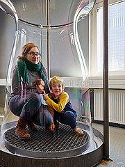 Mutter mit Sohn in Riesenseifenblase