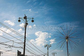 Strassenlaternen unter blauem Himmel