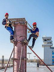 Rohbauarbeiten auf einer Baustelle mit Bauarbeitern am Flughafen