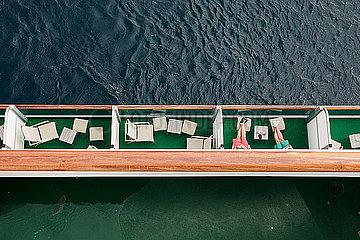 Maenner auf einem Kreuzfahrtschiff