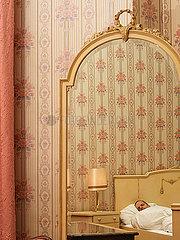 Retro Tapete im riesigen Schlafzimmer
