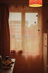 Kuechenfenster mit Vorhang