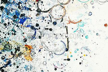 Farbkleckse auf Tisch