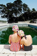 Zwei junge Frauen am Swimmingpool