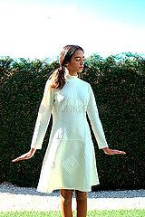 Maechen in weissem Kleid