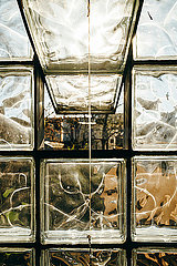 Geoeffnetes altes Fabrikfenster